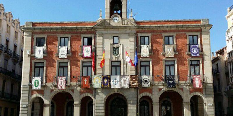 Los reposteros de las cofradías de la Semana Santa Zamorana engalan la fachada del Ayuntamiento de Zamora