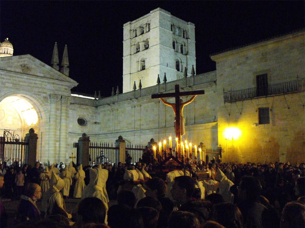 Santísimo Cristo del Espíritu Santo en la Plaza de la Catedral de Zamora. Viernes de Dolores.