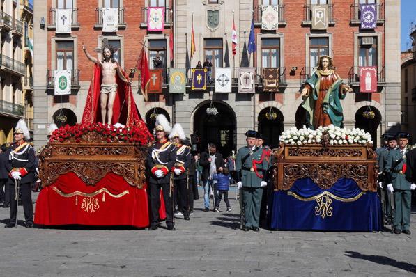Jesús Resucitado y Virgen del Encuentro en la Plaza Mayor de Zamora en la mañana del Domingo de Resurrección.