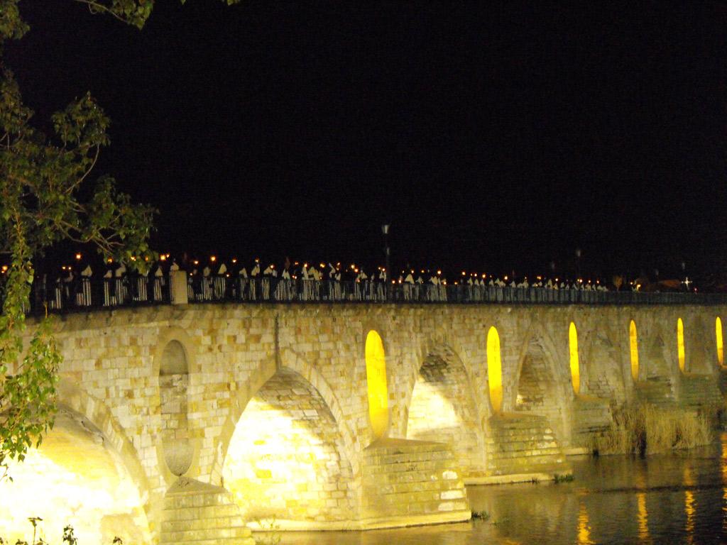 Cofradía de Jesús del Vía Crucis a su paso por el Puente de Piedra. Martes Santo.