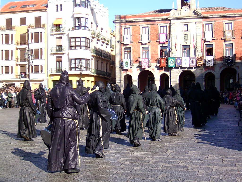 Banda de la Tambores y Cornetas de la Cofradía de Jesús Nazareno (Vulgo Congregación) a su entrada en la Plaza Mayor de Zamora en la mañana del Viernes Santo.
