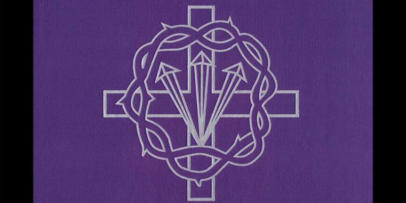 El Miserere del Yacente desde casa. Penitente Hermandad de Jesús Yacente.