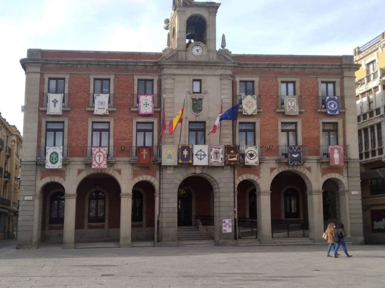 Reposteros en el Ayuntamiento de Zamora. Semana Santa 2021.